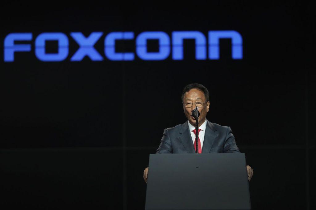 مؤسس فوكسكون يتخلى عن منصبه بعد 45 عاماً من الخدمة