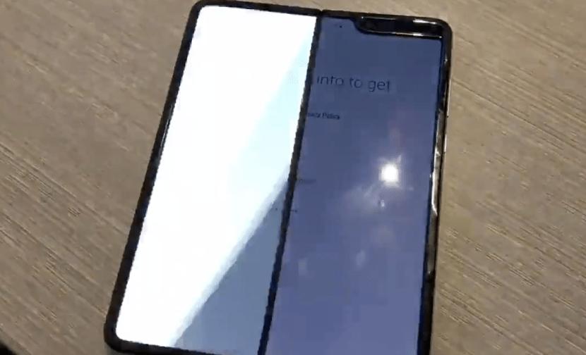 كسور ومشاكل ظهرت في شاشات هواتف سامسونج القابل للطي بعد يوم من الاستخدام
