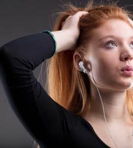 meisje luistert radio