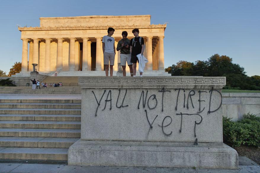 Lincoln Memorial defaced real 01