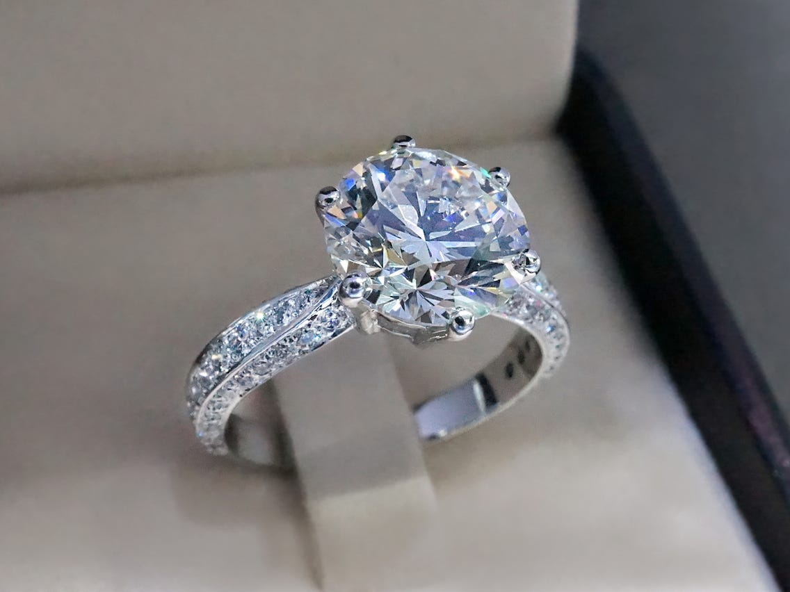 Choosing an engagement ring virtually
