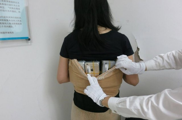 iPhone smuggle in China 1