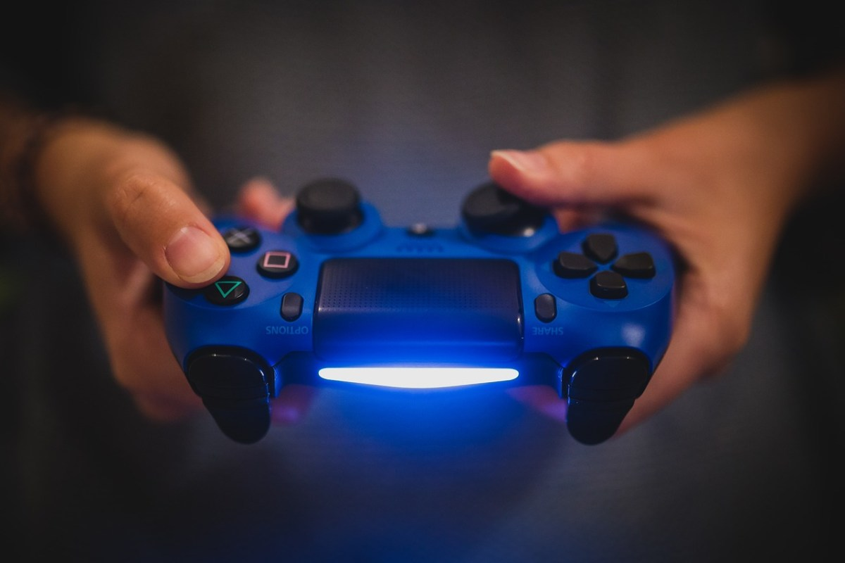 can you connect a ps4 controller to a iphone 8