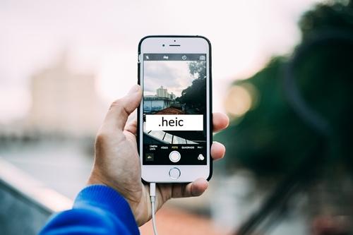"""heic """"srcset ="""" https://i0.wp.com/www.techjunkie.com/wp-content/uploads/2019/06/heic.jpg?w=500&ssl=1 500w, https: //i0.wp. com / www.techjunkie.com / wp-content / uploads / 2019/06 / heic.jpg? resize = 300% 2C200 & ssl = 1 300w, https://i0.wp.com/www.techjunkie.com/wp-content /uploads/2019/06/heic.jpg?resize=287%2C192&ssl=1 287w, https://i0.wp.com/www.techjunkie.com/wp-content/uploads/2019/06/heic.jpg? resize = 480% 2C320 & ssl = 1 480w, https://i0.wp.com/www.techjunkie.com/wp-content/uploads/2019/06/heic.jpg?resize=32%2C21&ssl=1 32w, https: //i0.wp.com/www.techjunkie.com/wp-content/uploads/2019/06/heic.jpg?resize=420%2C280&ssl=1 420w, https://i0.wp.com/www.techjunkie .com / wp-content / uploads / 2019/06 / heic.jpg? resize = 100% 2C67 & ssl = 1 100w, https://i0.wp.com/www.techjunkie.com/wp-content/uploads/2019/ 06 / heic.jpg? Resize = 370% 2C246 & ssl = 1 370w, https://i0.wp.com/www.techjunkie.com/wp-content/uploads/2019/06/heic.jpg?resize=400%2C266&ssl = 1 400w, https://i0.wp.com/www.techjunkie.com/wp-content/uploads/2019/06/heic.jpg?resize=150 % 2C100 & ssl = 1 150w, https://i0.wp.com/www.techjunkie.com/wp-content/uploads/2019/06/heic.jpg?resize=64%2C43&ssl=1 64w """"tamaños ="""" (máx. -width: 500px) 100vw, 500px """"data-recalc-dims ="""" 1 """"/></p> <h2><span class=""""ez-toc-section"""" id=""""Que_otros_sistemas_admiten_archivos_HEIC"""">¿Qué otros sistemas admiten archivos HEIC?</span></h2> <p>Hasta hace poco, solo podía abrir archivos HEIC en iOS 11 y sistemas más nuevos. Sin embargo, el soporte para este formato sigue creciendo debido a su amplia gama de beneficios.</p> <p>Actualmente, los siguientes sistemas son compatibles con los archivos HEIC:</p> <p>Windows 10: los archivos HEIC actualmente son semicompatibles con Windows 10. Debe descargar la Extensión de imagen HEIF de Microsoft Store y utilizarla para abrir los archivos de imagen.<br /> Pie de Android: este sistema operativo Android se lanzó en agosto de 2018 y fue el primero en implementar el soporte para el formato HEIC. """
