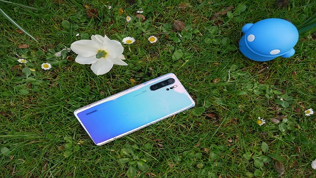 Huawei P30 Pro in the Breathing Crystal color