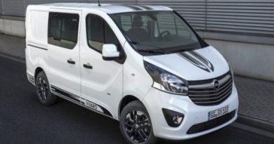 Sporty look: Black decorative strips on the hood, roof and along the side of the new Vivaro Sport give it a dynamic appearance.