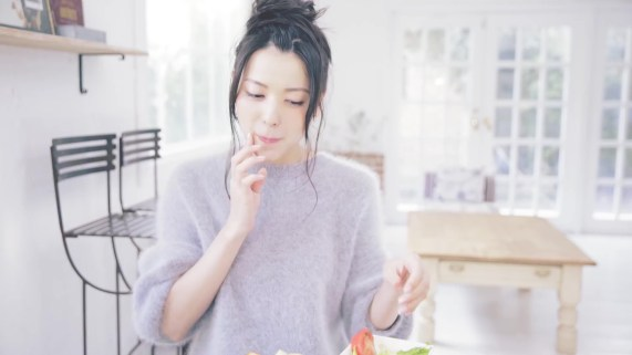 Yajima Maimi - ISEKI「街 feat.矢島舞美」MV (2017年10月25日発売『AOR FLAVA -silky red-』収録)_004