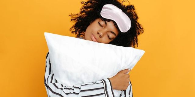 How silk pillowcase helps to get better skin, hair