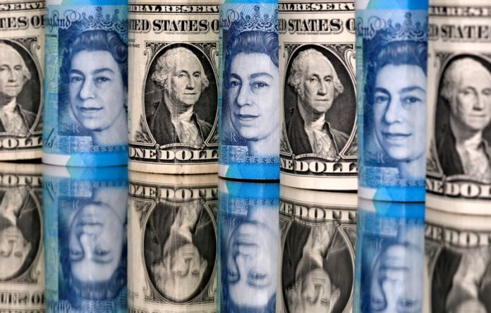 © Reuters. FILE PHOTO: Pound and U.S. dollar bills are seen in this illustration