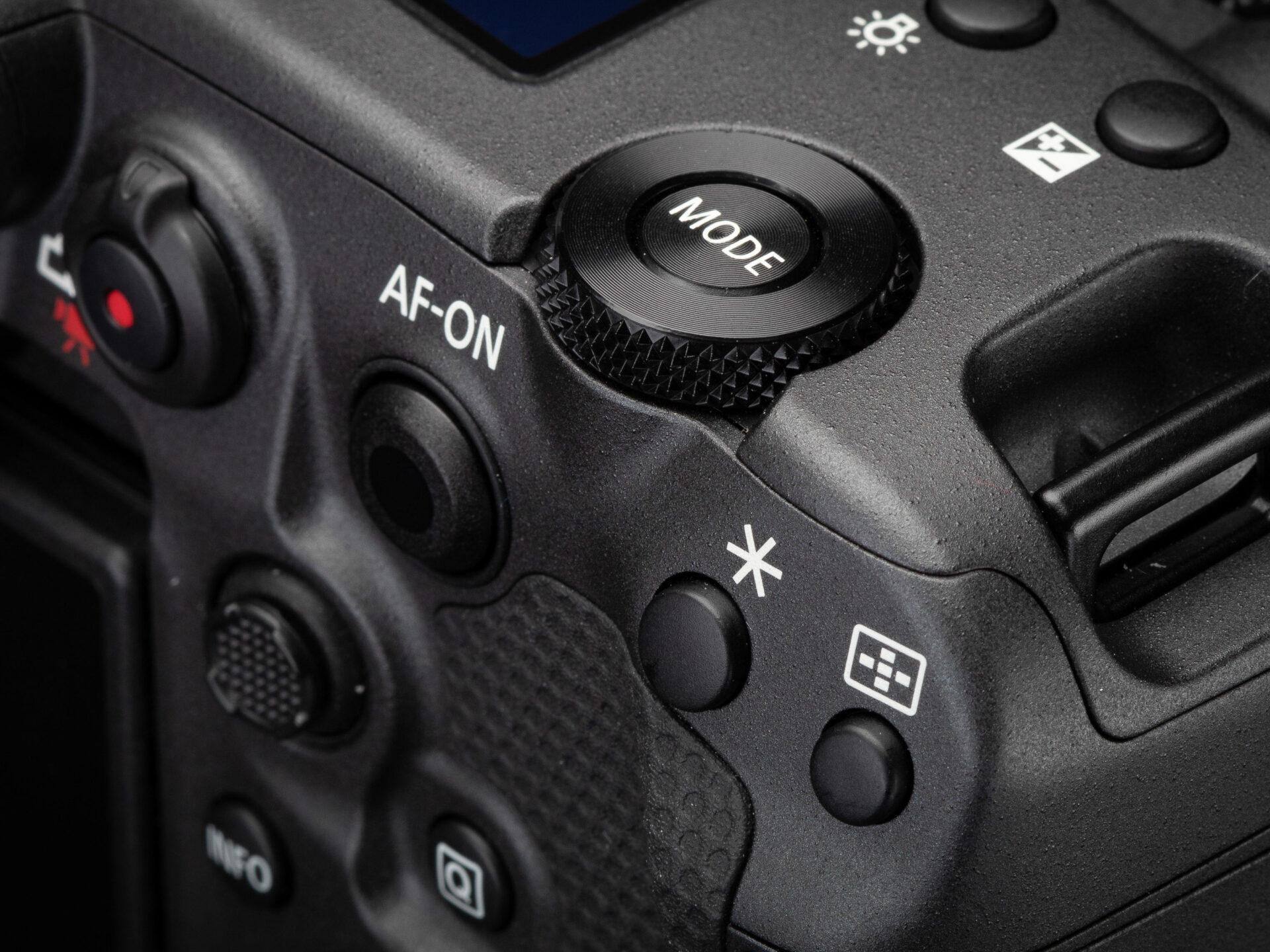 Canon ra mắt mirrorless đầu bảng EOS R3
