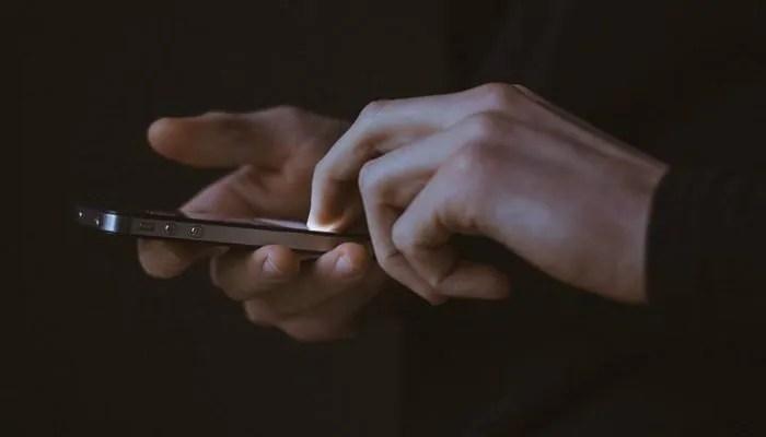 Amore o smartphone: lo studio Motorola rivela il grado di dipendenza di oggi