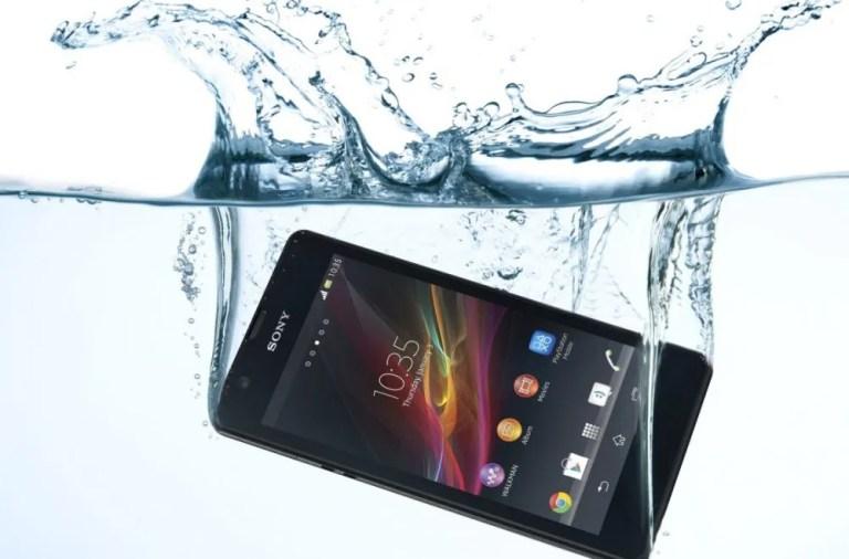 Qué hacer si has caído el móvil al agua
