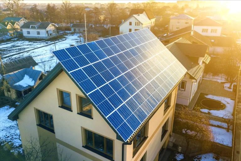 Paneles solares en el tejado de casa