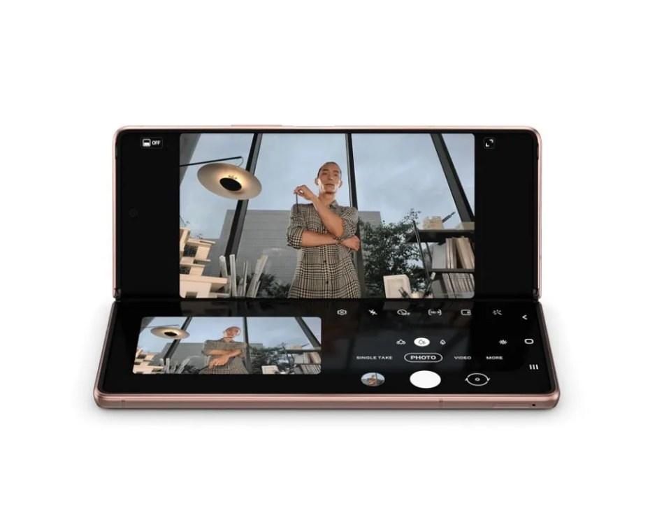 Con el Samsung Galaxy Z Fold 2 puedes hacer fotos y vídeos de una manera diferente