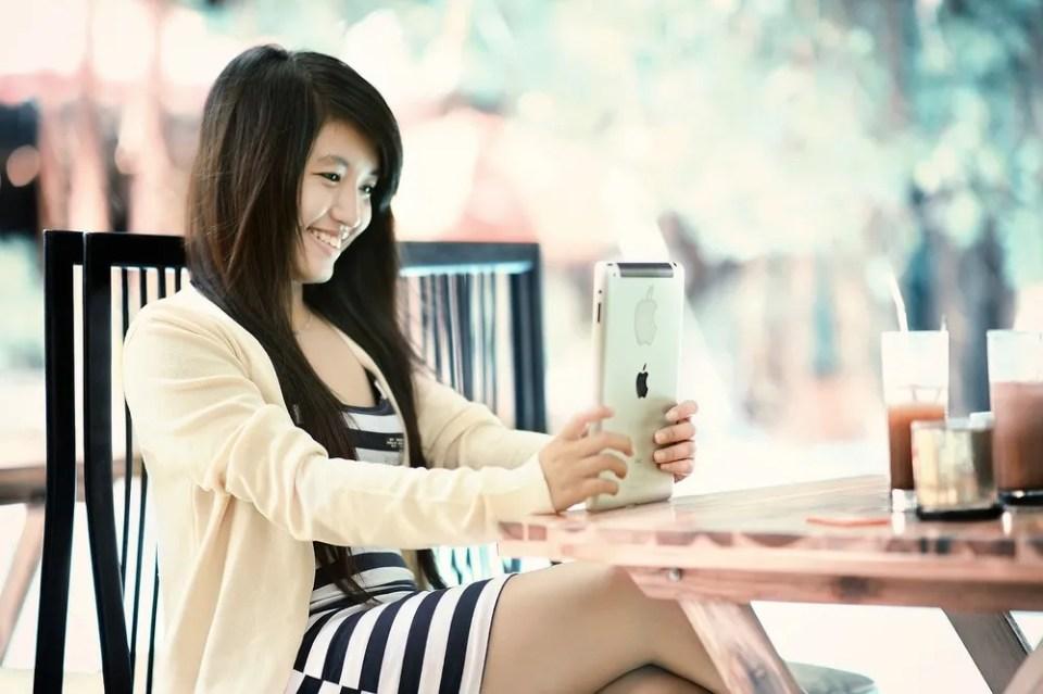 Chica con iPad Air