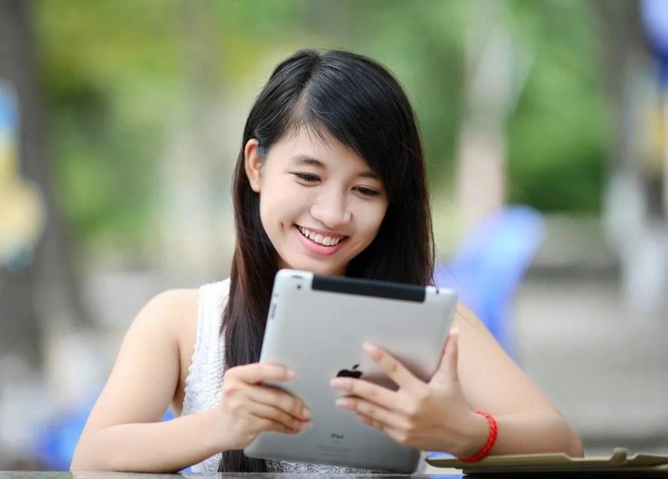Chica usando iPad Air