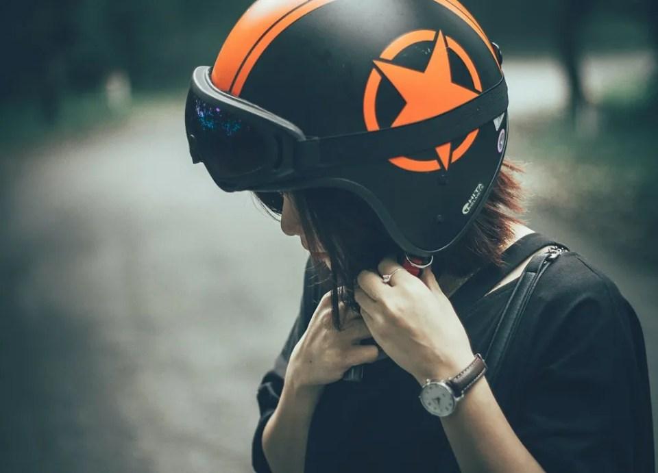 No existe un casco para patinete eléctrico específico: puedes usar el de moto o de bicicleta