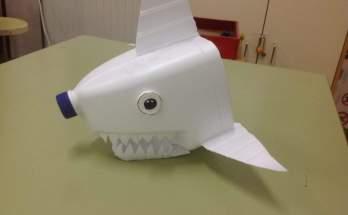 tiburón hecho botella de plástico