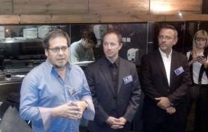 Arébalos explica mientras Zuzenberg y Hohagen escuchan