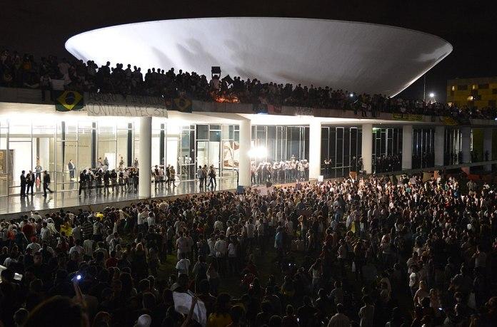 Anonymous: Quem são, para que servem e o que defendem 1024px Protesto no Congresso Nacional do Brasil 17 de junho de 2013