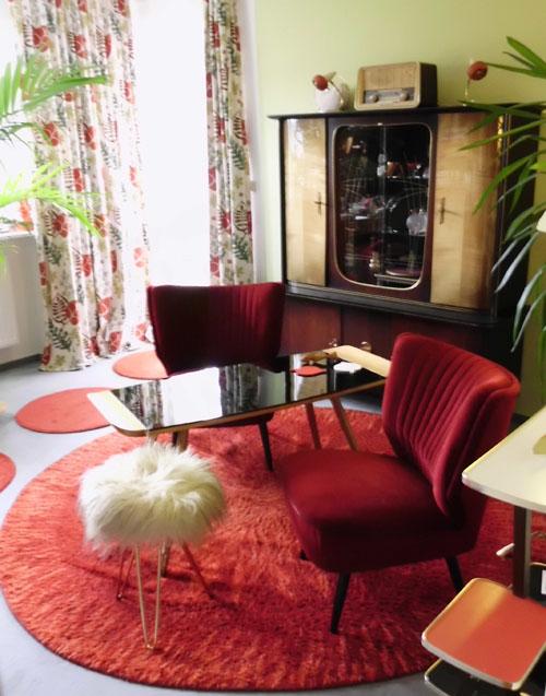 roter runder Teppich der 70er Jahre