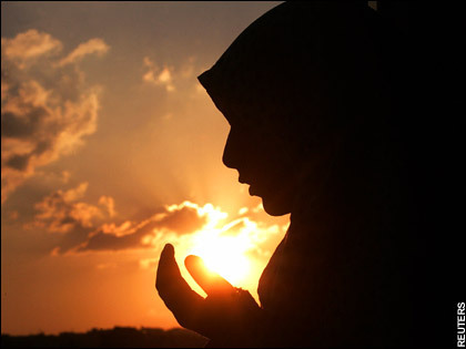 young-muslim-woman-makes-dua.jpg