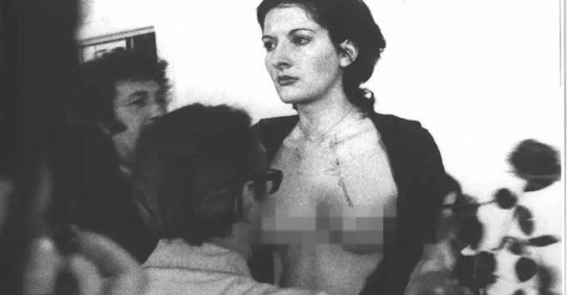 她把自己麻醉6小時並「邀請群眾對她做任何事」,她衣服被割碎後發生的事完全印證了人心黑暗面...