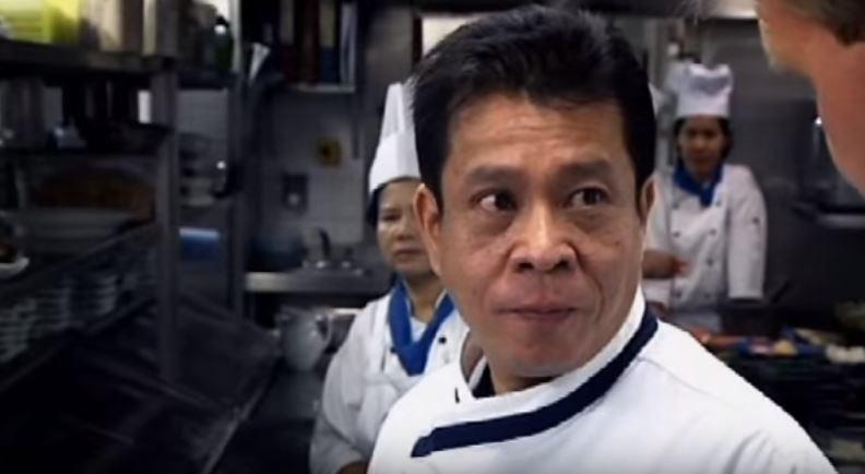 地獄廚神戈登拉姆齊「做泰式炒麵」給泰國廚師吃,對方吃了一口就「成世界第一個把地獄廚神嗆爆的人」!