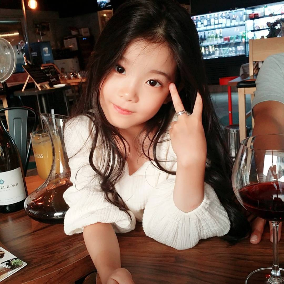 韓國8歲小女生被網友說是世界最美女生。看到媽媽才知道「全世界最美的意思」!