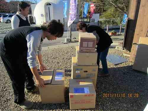 Hilfepakete kommen in den Katastrophengebieten an