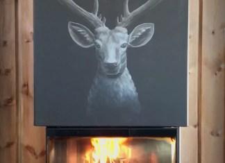 Peis med maleri av en hjort