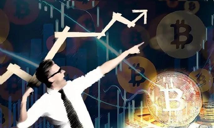 Hombre con corbata señalando con su mano inclinada hacia arriba con monedas de Bitcoin al lado derecho haciendo referencia a su tendencia alcista.