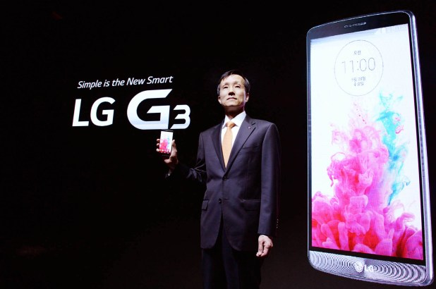 Dr._Jong-seok_Park,_president_of_LG_Mobile_Communication_Company,_shows_the_company's_new_G3_smartphone_prior_to_its_public_introduction_in_Seoul_02