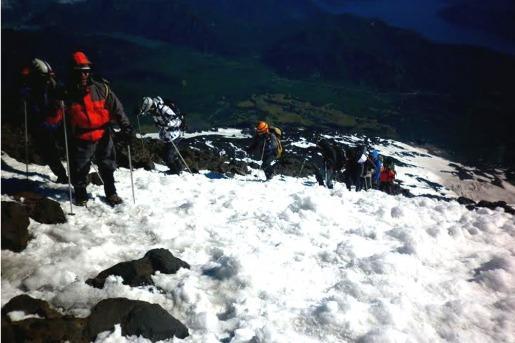 Nieve arriba en la subida del volcán Lanín