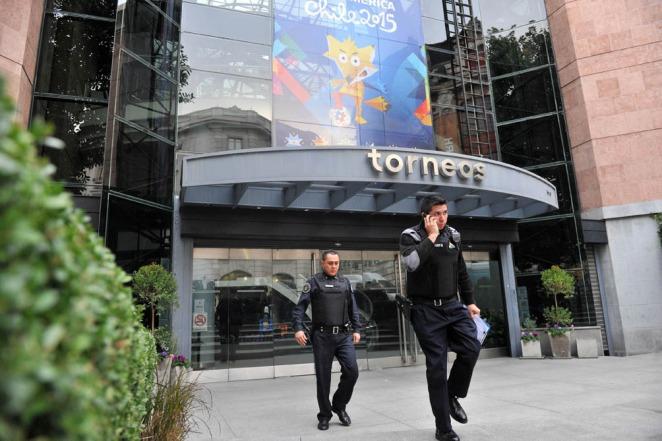 Escándalo FIFA: Interpol allanó oficinas de Torneos