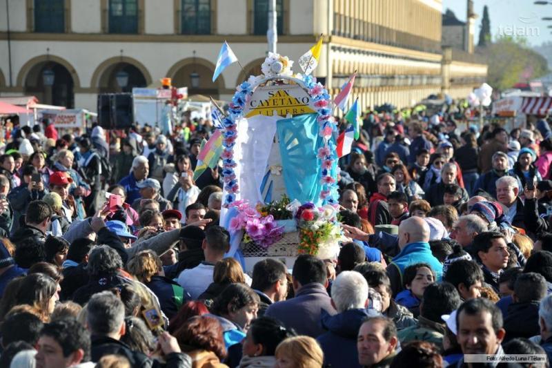"""La """"imagen"""" que encabeza la peregrinación va a salir a las 8 del Santuario de San Cayetano y """"se va a quedar"""" todo el sábado en la Plaza Buján de Paso del Rey."""