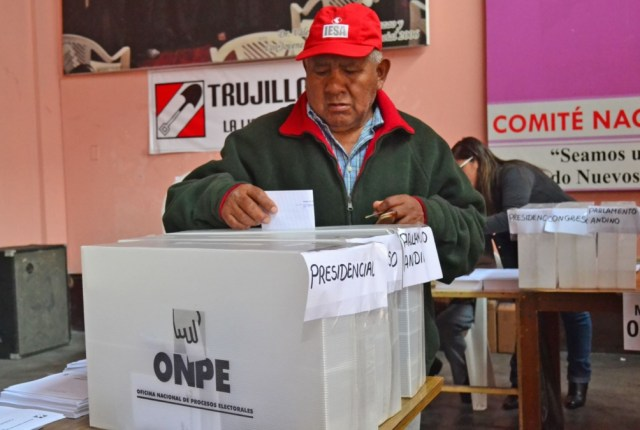 Tras varios cambios de rumbo, en Perú se eligen presidente y 130 congresistas