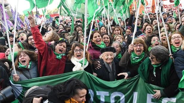 Manifestantes festejando en los alrededores del Congreso tras la media sanción en Diputados.