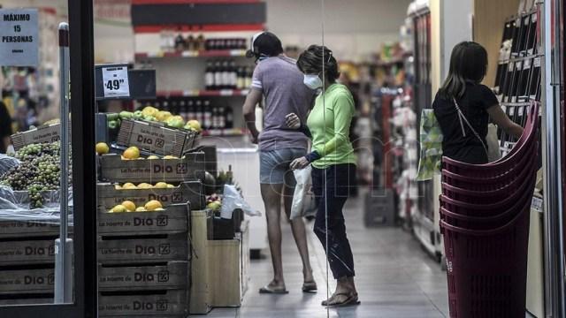 Las ventas en los supermercados durante febrero bajaron 5,8% en relación a igual mes del año pasado, informó hoy el Instituto Nacional de Estadística y Censos (Indec) La dependencia oficial precisó, además, que la facturación en los grandes centros comer