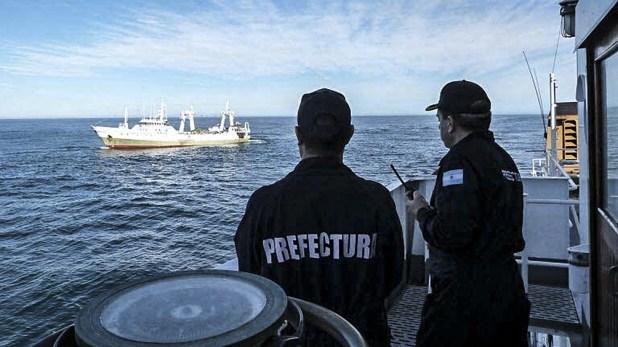 Prefectura Naval controla con constantes patrullajes en el límite de la Zona Económica Exclusiva Argentina (milla 200).