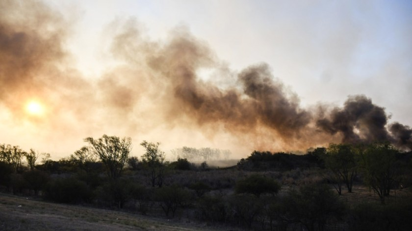 Por el humo tuvo que ser evacuada la estación de peaje del puente