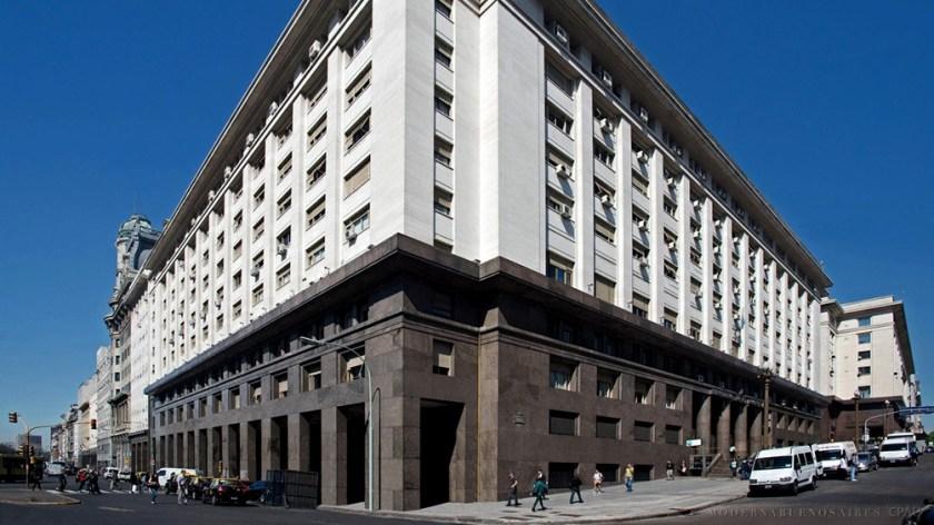 El Ministerio de Economía licitará cinco bonos en pesos, dos de ellos atados a la variación de la inflación (CER) y otros dos al tipo de cambio.
