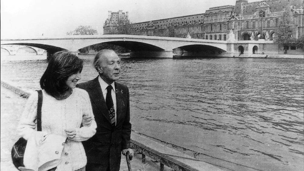 El escritor junto a María Kodama, quien tomó nota del texto.