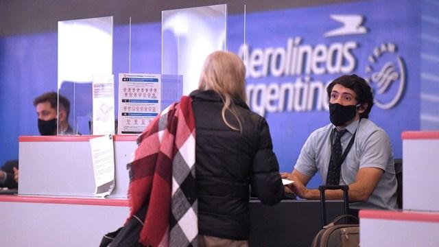 Para abordar un avión es necesario ser trabajador esencial o tener que asistir a la realización de tratamientos médicos