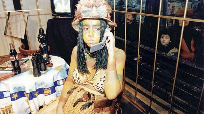 """La versión """"Dos amerindios no descubiertos en Buenos Aires"""" consistió en una jaula instalada junto a la vidriera del céntrico edificio de Callao de la Fundación Banco Patricio."""
