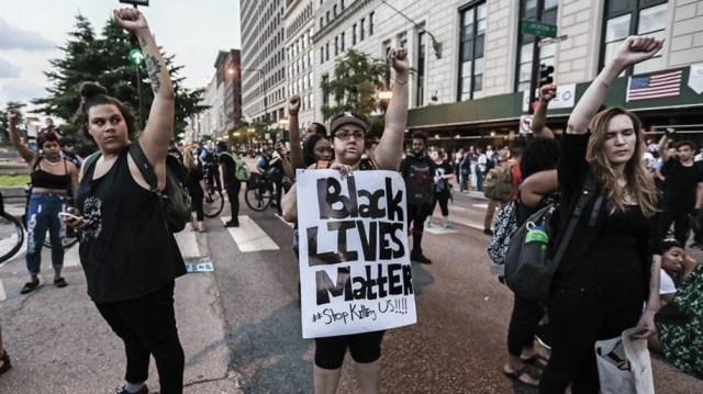 La policía reprimió a decenas de manifestantes