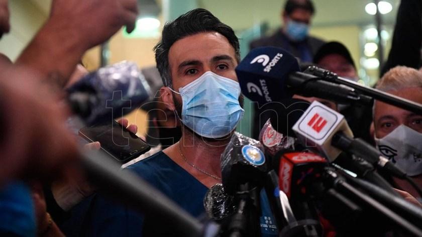Luque, el neurocirujano a cargo de la cirugía de Maradona, en medio de los periodistas