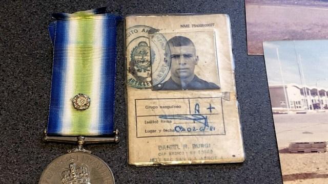 Además de la cédula, se iban a subastar fotos que pertenecieron a soldados argentinos y una medalla de un integrante de la Marina Real.