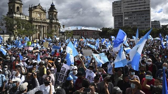 Frente al antiguo palacio de Gobierno los manifestantes exigieron también la renuncia del mandatario.
