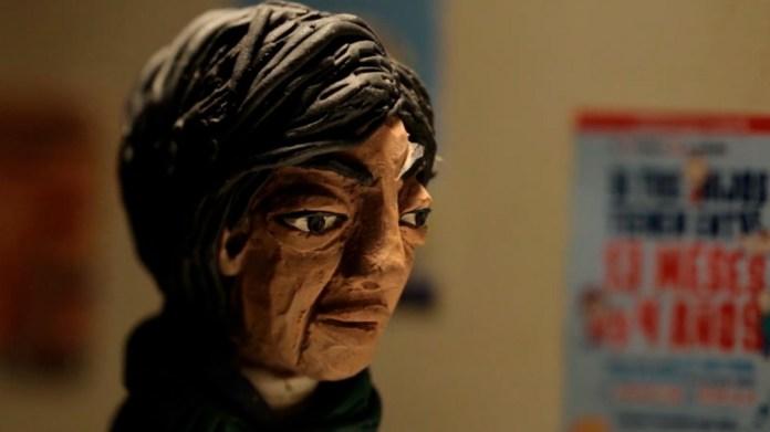 Cuerpos y rostros esculpidos en plastilina